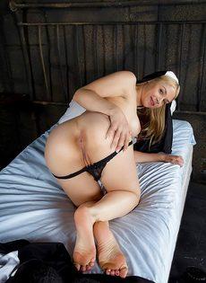 Сексапильная монахиня с большими сиськами и сладкими дырками - фото #6