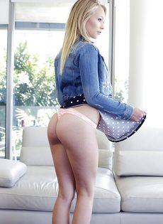 Блондинка с удовольствием демонстрирует дырочки во всей красе - фото #3