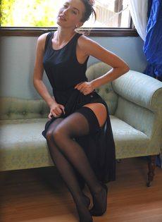 Сексапильная стройная девушка с красивой интимной стрижкой на лобке - фото #3