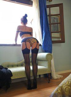 Сексапильная стройная девушка с красивой интимной стрижкой на лобке - фото #7