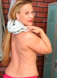 Спортивная женщина с большими сиськами позирует в раздевалке - фото #8