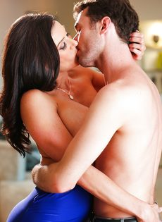 Бабенка Kendra Lust развлекается с темпераментным любовником - фото #12