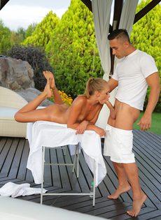 Молодушка классно сосет половой член массажиста - фото #1