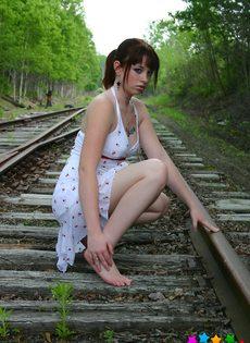 Девушка в белом сарафане фотографируется на железнодорожных путях - фото #2