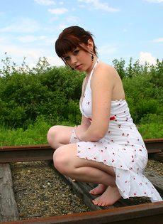 Девушка в белом сарафане фотографируется на железнодорожных путях - фото #7