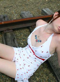 Девушка в белом сарафане фотографируется на железнодорожных путях - фото #9