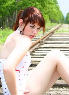 Девушка в белом сарафане фотографируется на железнодорожных путях - фото #12