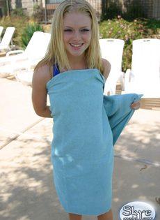 Совершеннолетняя симпатичная девушка в синем купальнике - фото #12