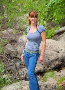 Похотливая девушка отдыхает возле реки совершенно одна - фото #2