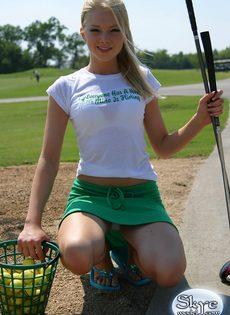 Очаровательной блондинке надоело играть в гольф - фото #2