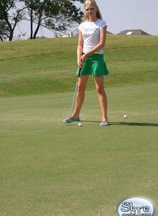 Очаровательной блондинке надоело играть в гольф - фото #7