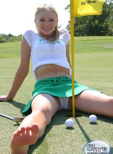 Очаровательной блондинке надоело играть в гольф - фото #8