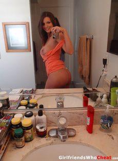 Похотливая девушка с большой грудью позирует в домашней обстановке - фото #2