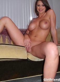 Похотливая девушка с большой грудью позирует в домашней обстановке - фото #13
