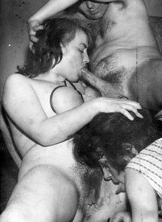 Ретро совокупление с двумя возбужденными бабенками в чулках - фото #6