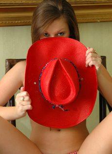 Привлекательная девица прикрывает шляпой интимные части тела - фото #5