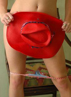 Привлекательная девица прикрывает шляпой интимные части тела - фото #9
