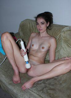 Расставила ножки и поводила электрическим вибратором по киске - фото #13