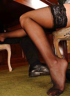 Горячая блондинка в черных чулках соблазняет мужика на секс - фото #3
