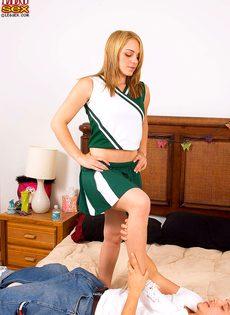 Пацан облизывает стройные ножки раскрепощенной болельщицы - фото #5