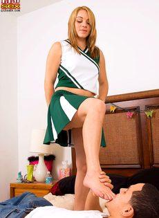 Пацан облизывает стройные ножки раскрепощенной болельщицы - фото #10