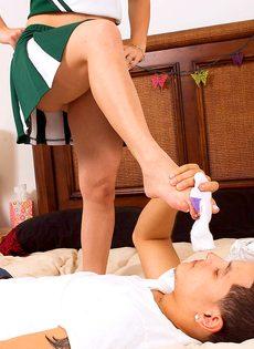 Пацан облизывает стройные ножки раскрепощенной болельщицы - фото #11