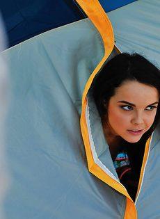 Отдых на свежем воздухе с темноволосой красоткой Dillion Harper - фото #9