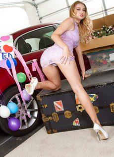 Раскрепощенная красотка медленно снимает с себя трусы возле машины - фото #2