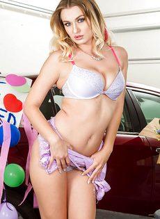 Раскрепощенная красотка медленно снимает с себя трусы возле машины - фото #6