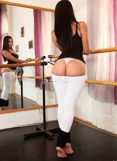 Великолепная темноволосая сучка в сексуальных белых трусиках - фото #6