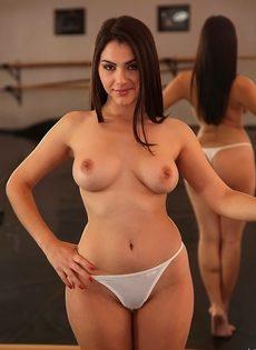 Великолепная темноволосая сучка в сексуальных белых трусиках - фото #11
