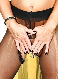 Откровенная женщина в черных чулках показывает пирсинг на пизде - фото #11