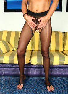 Откровенная женщина в черных чулках показывает пирсинг на пизде - фото #12
