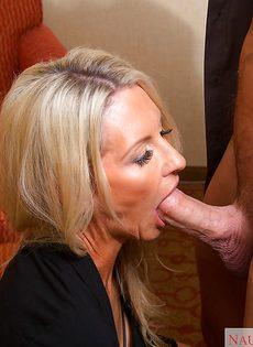 Секс зрелой женщины Emma Starr и мускулистого чувака в гостинице - фото #4