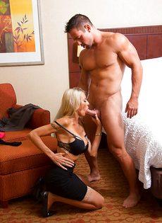 Секс зрелой женщины Emma Starr и мускулистого чувака в гостинице - фото #6