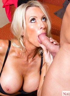 Секс зрелой женщины Emma Starr и мускулистого чувака в гостинице - фото #7