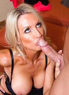 Секс зрелой женщины Emma Starr и мускулистого чувака в гостинице - фото #8