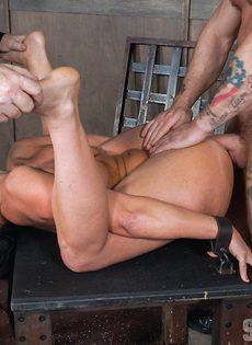Мужики жестко трахают гибкую брюнетку с двух сторон - фото #1