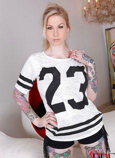 Сексуальная татуированная чертовка с большими круглыми сиськами - фото #1