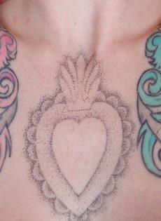 Сексуальная татуированная чертовка с большими круглыми сиськами - фото #10