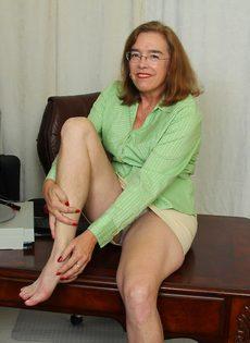 Американская старушка мастурбирует волосатую вагинальную дырку - фото #4