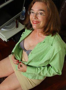 Американская старушка мастурбирует волосатую вагинальную дырку - фото #6