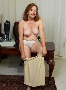 Американская старушка мастурбирует волосатую вагинальную дырку - фото #7