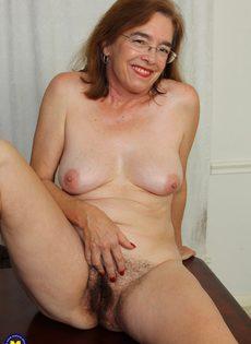 Американская старушка мастурбирует волосатую вагинальную дырку - фото #9