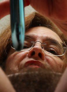 Американская старушка мастурбирует волосатую вагинальную дырку - фото #11