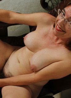 Американская старушка мастурбирует волосатую вагинальную дырку - фото #13