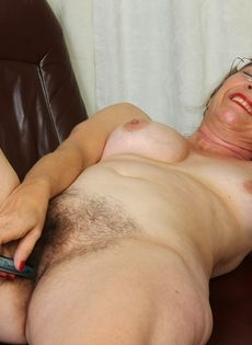 Американская старушка мастурбирует волосатую вагинальную дырку - фото #16