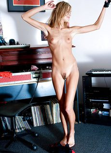Миниатюрная девица слушает музыку и раздевается догола - фото #13