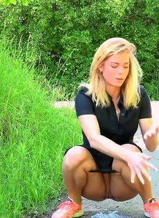 Блондинке приспичило по-маленькому прямо на улице - фото #13