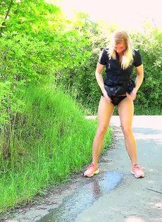 Блондинке приспичило по-маленькому прямо на улице - фото #14